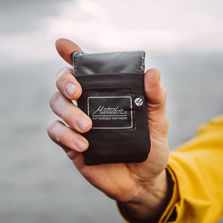 手のひらサイズになる大容量バッグ|《2019新色/2〜3人用》いろんな場面で大活躍する、手のひらサイズにたためる撥水仕様レジャーシート|Matador POCKET BLANKET|ブラック