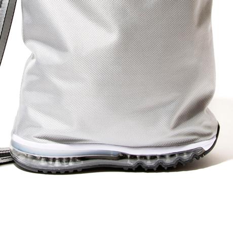 モノを運ぶ『スニーカー』|《MONOCO限定》床・地面・土の上でも、迷いなく置ける。あの傑作スニーカーのエアソールを履いた「遊びトート」| OKERU×MONOCO|GRAY