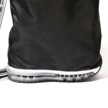 毎日の「散歩」が楽しくなるグッズを集めてみました|《MONOCO限定》床・地面・土の上でも、迷いなく置ける。あの傑作スニーカーのエアソールを履いた「遊びトート」| OKERU×MONOCO|BLACK
