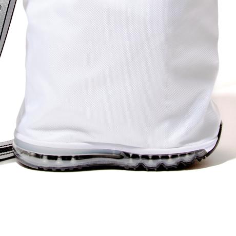 モノを運ぶ『スニーカー』|《MONOCO限定》床・地面・土の上でも、迷いなく置ける。あの傑作スニーカーのエアソールを履いた「遊びトート」| OKERU×MONOCO|WHITE