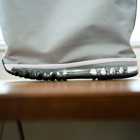 モノを運ぶ『スニーカー』|《MONOCO限定》床・地面・土の上でも、迷いなく置ける。あの傑作スニーカーのエアソールを履いた「遊びトート」| OKERU×MONOCO