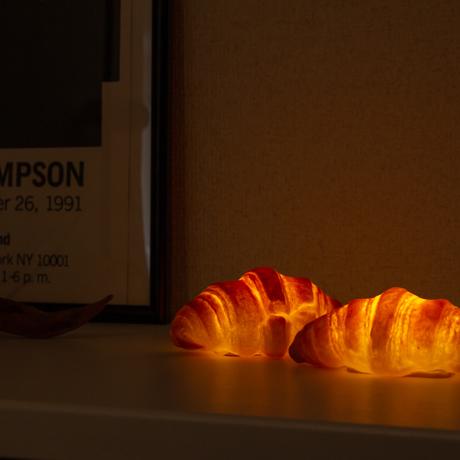 """焼きたてパンが""""灯す""""しあわせ 《クロワッサン》本物のパンがそのままインテリアライトに!置くだけで明かりのオンオフができる「パンプシェード」  モリタ製パン所 """