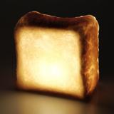 """焼きたてパンが""""灯す""""しあわせ 《トースト》本物のパンがそのままインテリアライトに!置くだけで明かりのオンオフができる「パンプシェード」  モリタ製パン所 """
