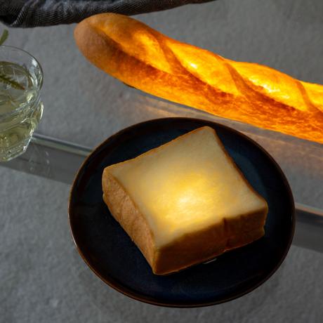 """焼きたてパンが""""灯す""""しあわせ 《バゲット》本物のパンがそのままインテリアライトに!吊り下げ・平置きで明かりを楽しめる「パンプシェード」  モリタ製パン所 """