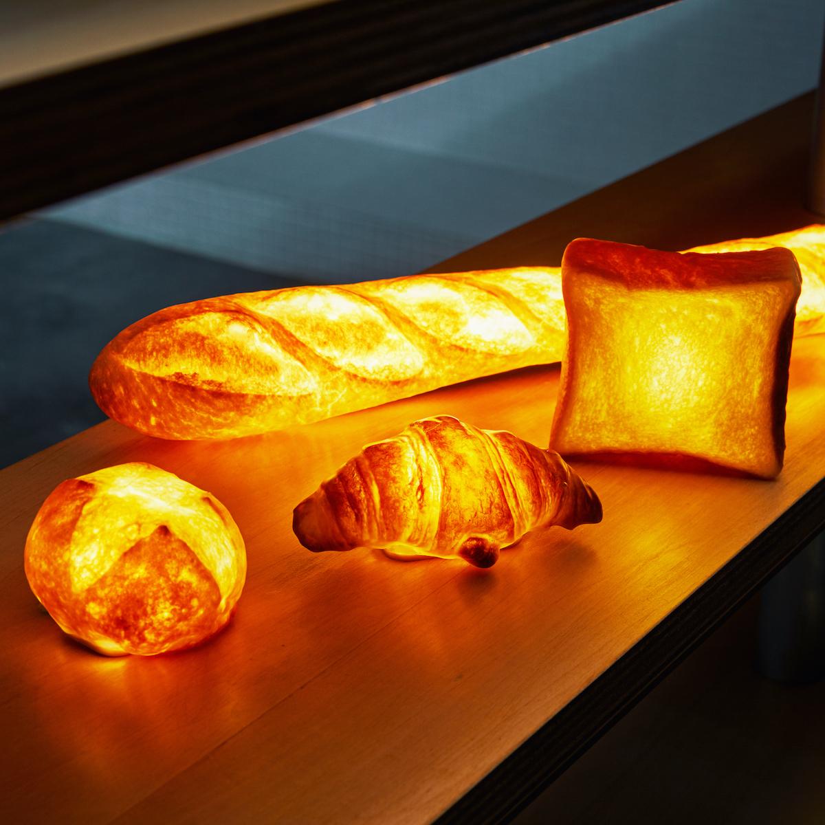 """焼きたてパンが""""灯す""""しあわせ 《バゲット》本物のパンがそのままインテリアライトに!吊り下げ・平置きで明かりを楽しめる「パンプシェード」  モリタ製パン所"""