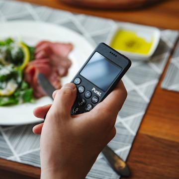 """""""人間らしさ""""を取り戻せる『ミニマムフォン』 """"大切にしたい時間""""に寄り添う、忙しい大人のための携帯電話 Punkt. MP02"""