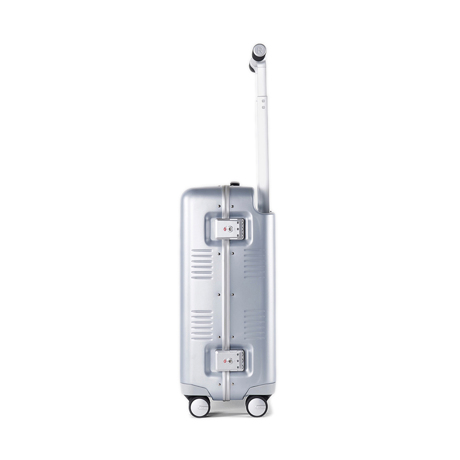 """一緒に""""歩きたい""""スーツケース 《Type B/37L》手を添えるだけで滑らかに走行、""""気の利く""""設計であなたの旅路に寄り添うスーツケース(1〜2泊・機内持ち込みサイズ) RAWROW シルバー(生産終了)"""