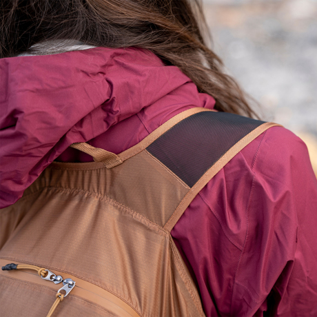 手のひらサイズになる大容量バッグ|《16L/コヨーテ》旅先や日常生活でアクティブに動き回れる、手のひらサイズにたためる防水仕様のバックパック|Matador freefly16|