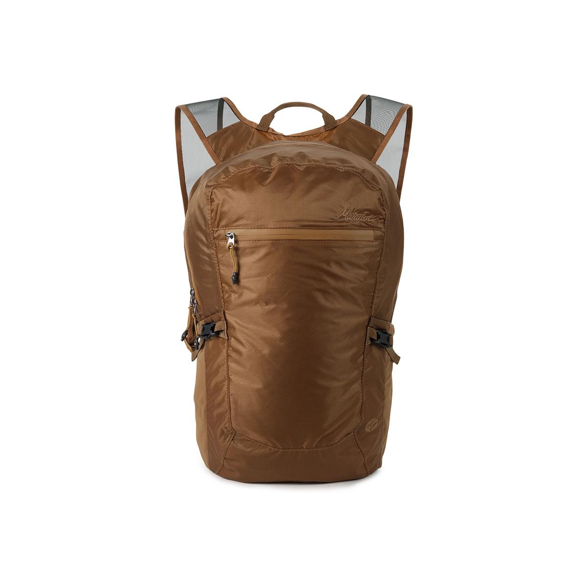 手のひらサイズになる大容量バッグ|《16L/コヨーテ》旅先や日常生活でアクティブに動き回れる、手のひらサイズにたためる防水仕様のバックパック|Matador freefly16