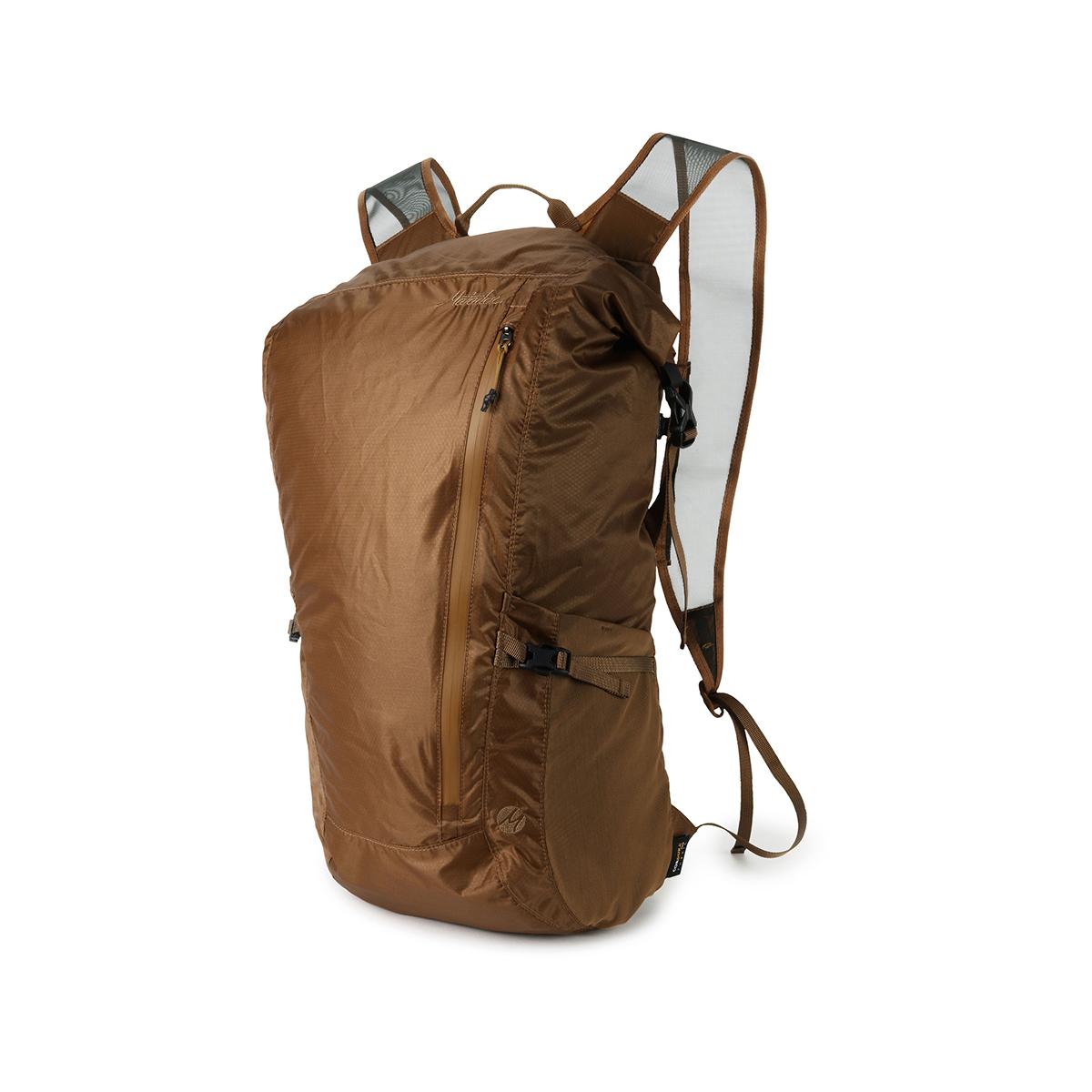手のひらサイズになる大容量バッグ|《24L/コヨーテ》旅先や日常生活でアクティブに動き回れる、手のひらサイズにたためる防水仕様のバックパック|Matador Freerain24 2.0