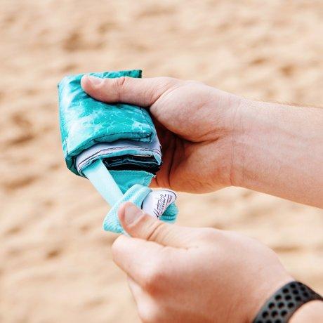 手のひらサイズになる大容量バッグ|《2019年限定モデル/2〜4人用》広げるだけで、どこでもビーチ気分!手のひらサイズにたためる撥水仕様のレジャーシート「OCEAN」|Matador POCKET BLANKET|