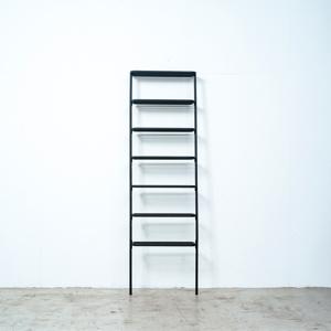 お気に入りのコレクションや愛用品をドンドン載せるだけで絵になる!シンプルな「立て掛け式スチールラック」|DUENDE WALL RACK