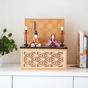『毎年の幸せ』が御嬢様と家族に訪れる|《鹿沼組子 - 四角形(小)》7つの日本伝統工芸をコンパクトにした、木目込みプレミアム雛人形 | 宝想雛|