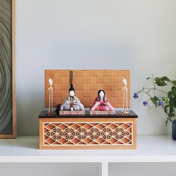 『毎年のしあわせ』が御嬢様と家族に訪れる|《四角形/中》5つの日本伝統工芸をコンパクトにした、木目込の「プレミアム雛人形」※第二期受注分 | 宝想雛|