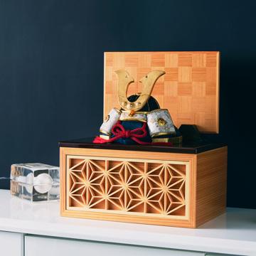 毎年のしあわせを願う「五月人形」|《四角形/小》6つの日本伝統工芸をコンパクトにした、木目込の「プレミアム兜飾り」※第四期受注分 | 宝輝