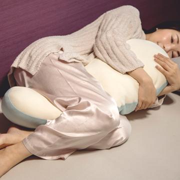 抱きしめた瞬間、重力にさよなら!|うっとり柔らかい、新感覚「トウモロコシわた」の弾力が気持ちいい『抱き枕』|megumi