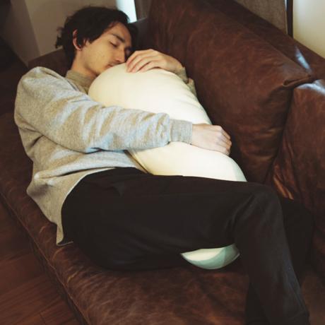 抱きしめた瞬間、重力にさよなら!|うっとり柔らかい、新感覚「トウモロコシわた」の弾力が気持ちいい『抱き枕』|megumi|