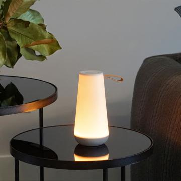 親しい人と寄り添いたくなる「Hi-Fiスピーカー」|《UMA MINI》360度に広がる、忠実な「音」と優しい「光」。片手で持ち運べるコンパクトサイズで、いつでもどこでも空間を温かく演出するワイヤレススピーカー | Pablo