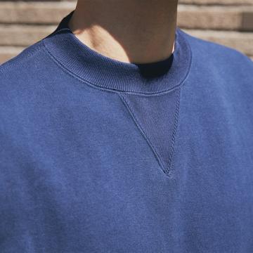 100年前のスウェット、復刻|《NAVY/トレーニングシャツ》腕元をすっきりと見せる独自のディテール、スポルディング社の名作から再構築されたスウェット|A.G. Spalding & Bros