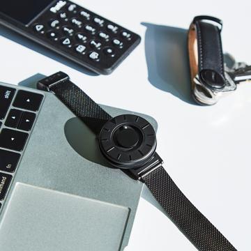 触る時計『EONE』|《SMALL》ひとまわり小さな文字盤で腕元にフィット、軽やかな装着感のメッシュバンド|EONE