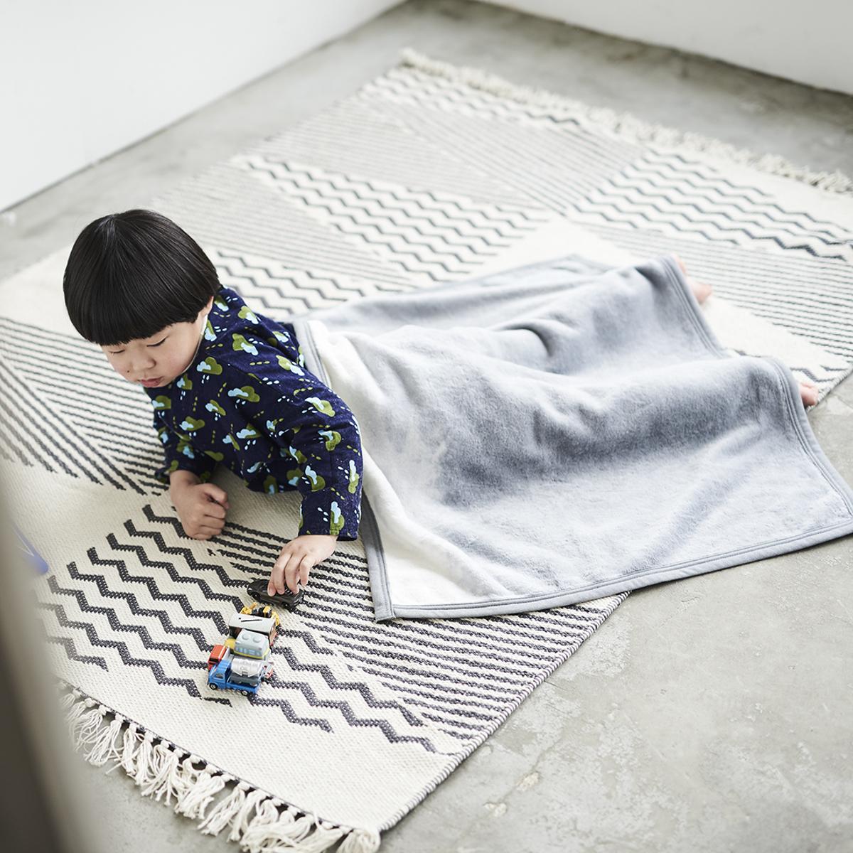 「タイトルのある毛布」が、空間を変える 《膝掛け》夏も冬も、気持ちいい!綿毛布の自然な柔らかさ FLOOD OF LIGHT(LOOM&SPOOL)