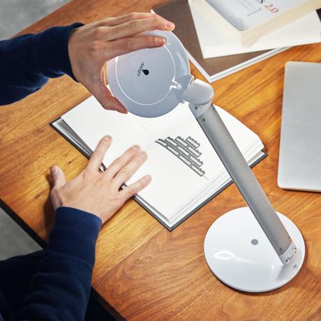薄さ4cmにたためる「目が楽ライト」|コードレスで使えて、隙間に収納できる!手元を大きく・明るく照らす、ルーペ付き太陽光LEDの「デスクライト」|daylight - Halo Go