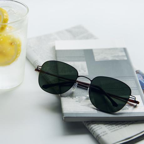 あれ?このサングラス、真下を向いてもズレない!|《スクエア》新感覚の'ふわっ・ピタッ・ぐにゃ'! 工具を使わず、自分で調整できる「サングラス」|RAWROW - R SUN ULTRA THIN 800