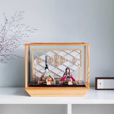 『毎年のしあわせ』が御嬢様と家族に訪れる|*2台限定 新作《ガラスケース入り》日本伝統工芸をコンパクトに、美しく守りながら飾れる木目込の「プレミアム雛人形」※第三期受注分 | 清雅雛
