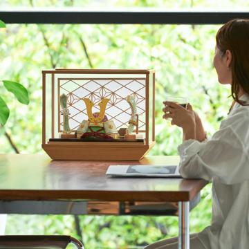 毎年のしあわせを願う「リビング五月人形」|MONOCO限定《ガラスケース入り》5つの日本伝統工芸をコンパクトモダンにした、江戸木目込の「プレミアム兜飾り」※第一期受注分|柿沼人形|清輝