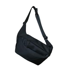 「石」から発想したミニマルデザイン、タブレットと上着を入れても型崩れしない「ボディバッグ」|STONE SLING