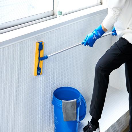 いま、最高にアガる「掃除」!|窓や壁の拭き上げが楽々!伸縮も角度も自在に操れる「2WAYマイクロファイバーモップ」|GORDON MILLER 伸縮マイクロファイバーモップ