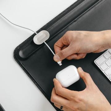 """座った瞬間、""""やる気""""デスク 《オプション/ケーブルホルダー》心地いいヴィーガンレザーの手触り、自然とワークスペースが整う「デスクマット」 Orbitkey Deskmat"""