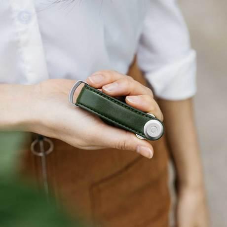 『鍵収納』をデザインする|《サボテンレザー》もうドア前で迷わない、幅2cmに7本の鍵が収まるスリムな「キーケース」|Orbitkey