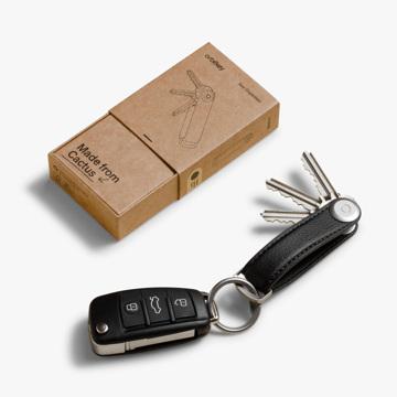 『鍵収納』をデザインする|《サボテンレザー》もうドア前で迷わない、幅2cmに7本の鍵が収まるスリムな「キーケース」|Orbitkey|ブラック