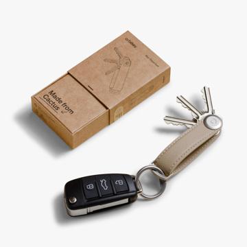 『鍵収納』をデザインする|《サボテンレザー》もうドア前で迷わない、幅2cmに7本の鍵が収まるスリムな「キーケース」|Orbitkey|デザートサンド