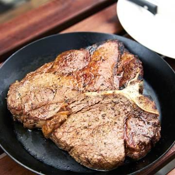 週末を「牛飼いステーキ」で祝おう!|《Tボーンステーキ850g×2個セット(4人分)》ロッキー山脈の雪解け水と牧草が育む、上質の赤身肉|COWMAN STEAK CLUB
