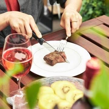 週末を「牛飼いステーキ」で祝おう!|《Tボーンステーキ850g(2人分)&ハンバーグ4個セット》ロッキー山脈の雪解け水と牧草が育む、上質の赤身肉|COWMAN STEAK CLUB