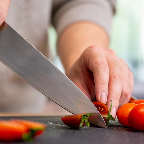 """""""切る""""を変えると、料理は気持ちいい 《シェフズナイフ/マットシルバー》0.3mmの極薄刃でストレスフリーな切れ味、野菜・肉・魚に幅広く使える「包丁(刃渡り20cm)」 hast."""