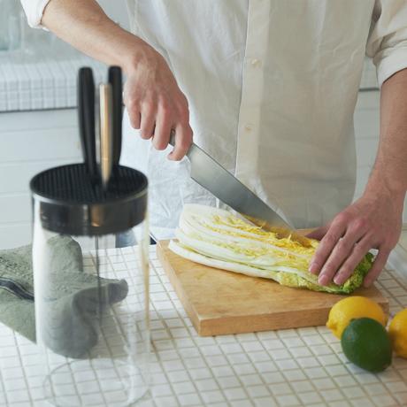 """""""切る""""を変えると、料理は気持ちいい 《オプション/ガラスナイフブロック》包丁を7本まで飾るように収納できて、丸ごと洗える「ナイフスタンド」 hast."""