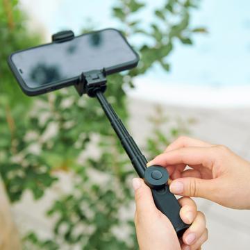 """""""この瞬間""""を感じたい、でもスマホにも残したい 《三脚セット》68gの超小型で撮影が安定!自撮り棒、スマホスタンド、シャッターリモコンにもなる「スマートフォン用多機能カメラグリップ+専用三脚」 ShutterGrip™ 2"""