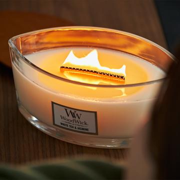 """炎の""""さざ波""""に、耳を澄ます まるで小さな暖炉、パチパチと燃えうねる木製芯の「アロマキャンドル」 WoodWick"""