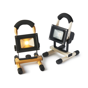 上下150°と横360°自在に動いて、部屋も庭もドラマチックに照らしてくれる「スポットライト」|RECHARGE LIGHT