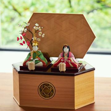 毎年のしあわせを願う「リビング雛人形」|MONOCO限定デザイン《六角形/中》6つの日本伝統工芸をコンパクトモダンにした、江戸木目込の「プレミアム親王飾り」※第一期受注分|柿沼人形|宝想雛・結