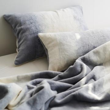 「タイトルのある毛布」が、空間を変える|《ピローケース》夏も冬も、気持ちいい!綿毛布の自然な柔らかさ|FLOOD OF LIGHT(LOOM&SPOOL)|グレー