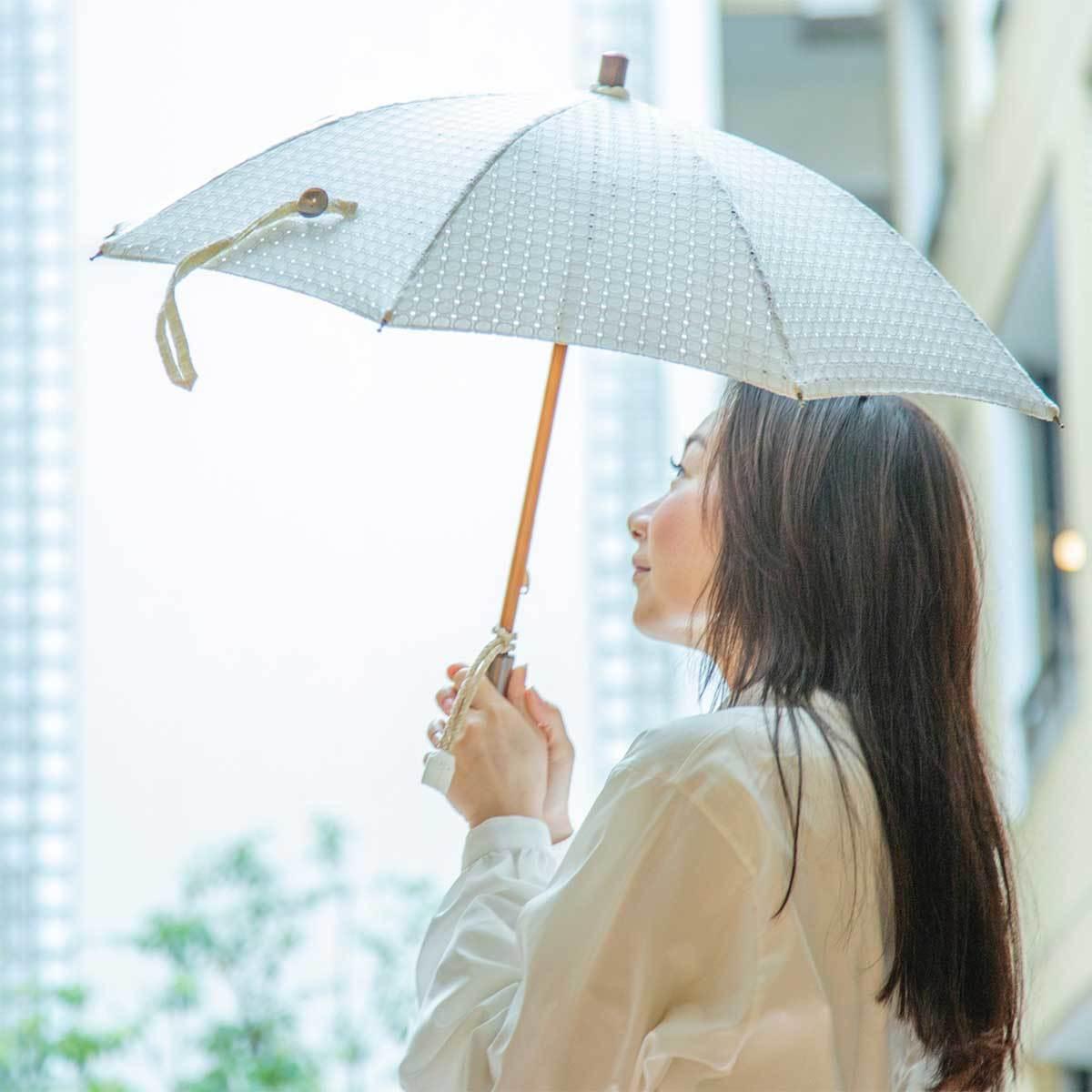 涼やかな折りたたみの日傘で日差し対策を愉しむ。意外と知らない!?十分な紫外線対策方法と使えるグッズ8選