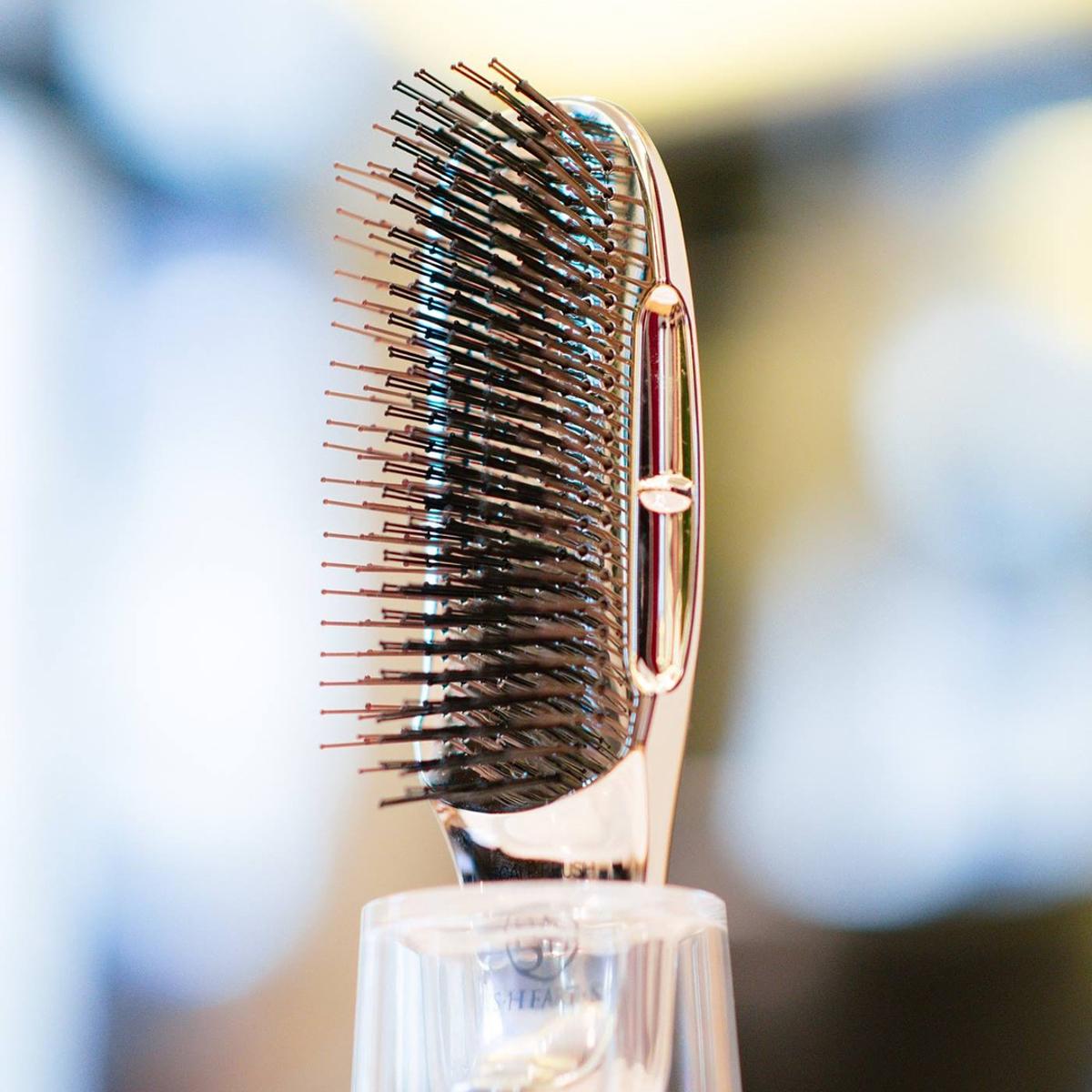 髪に自信を与える「ヘアブラシ」|シャンプー時、毛穴の汚れを落とす376本のピン