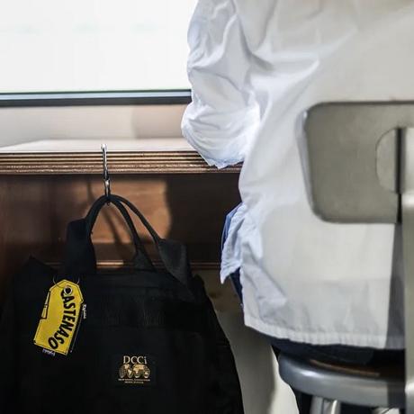 荷物の置き場に困らない「バッグハンガー」|トイレ、映画館、カフェ、新幹線。あらゆる場所に。
