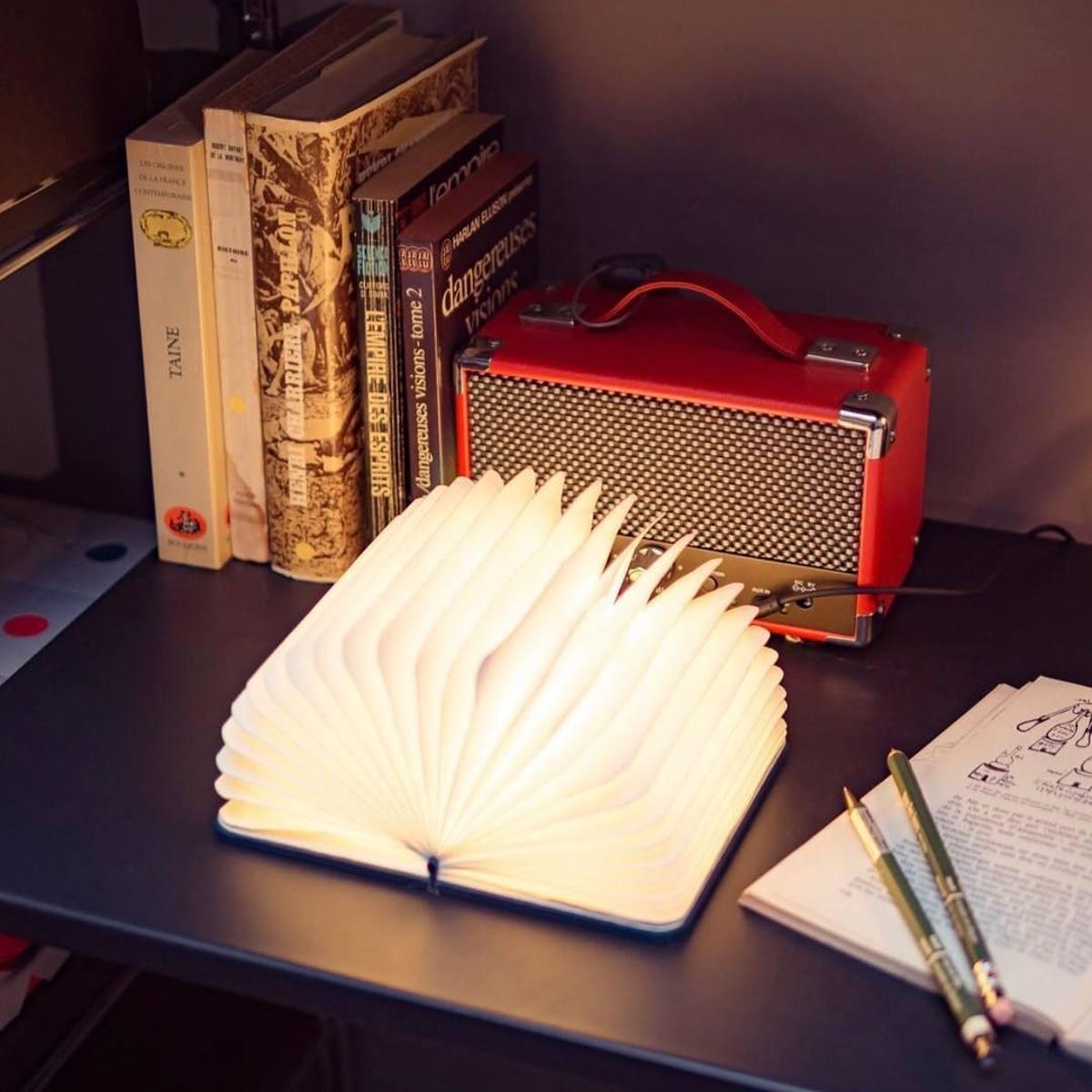 """開くと""""夢""""が広がる「ブック型LEDライト」 本のように持ち歩けて、開くLED照明"""