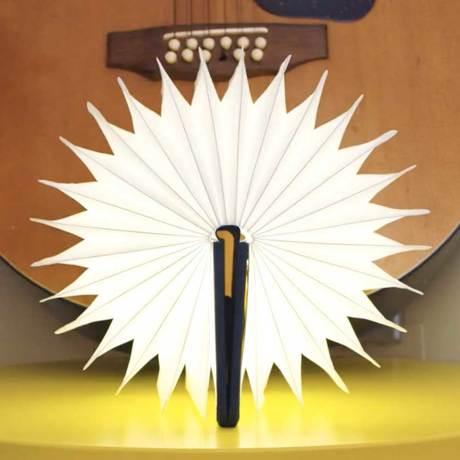 """開くと""""夢""""が広がる「ブック型LEDライト」"""