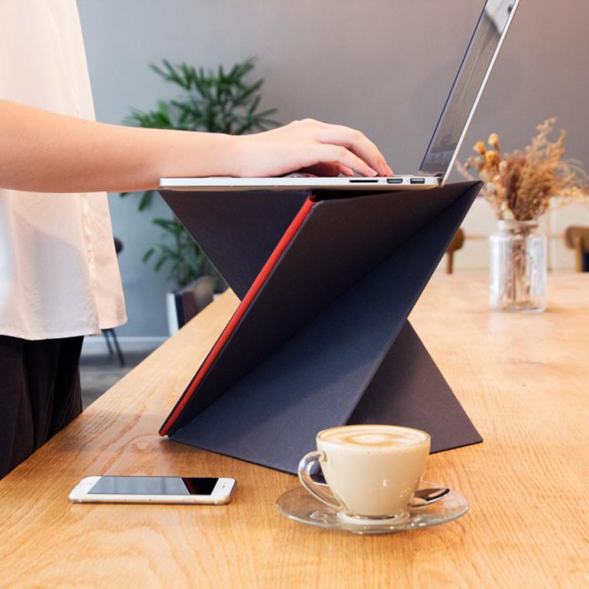 携帯できるスタンディングデスク|畳んでひねれば、ボードがデスクに早変わり